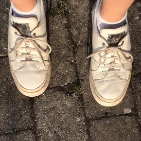Skoene er ASAP Rocky edition. Kender ikke nypris og hsr intet og til dem de er med silverplate.