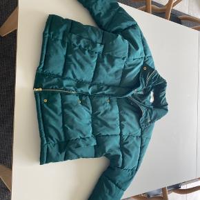 Jeg sælger en masse tøj (kig gerne på min profil) som jeg ikke bruger mere. Til gode priser. Det hele skal væk.  Sælger denne jakke fra Moss. Den er brugt, men er i god stand.