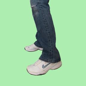 Nike sneakers med lyseblå detaljer Str. 40 men fitter en 39.  Sender med DAO Bytter ikke  Køber betaler for fragten Mp er 300 kr
