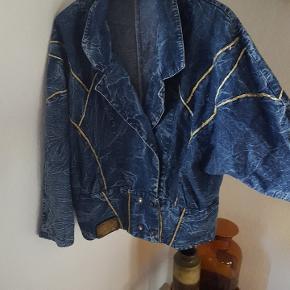 80er demin jakke med guld tråddetaljer