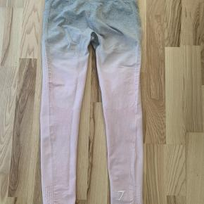 """De originale ombre gymshark tights i str. S. Der har rigtig været """"indershorts"""" i men de er klippet ud, ellers fejler de intet. De er brugt ca. 5 gange og sælges da jeg ikke får den brugt."""