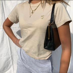 Super fin t-shirt med Palme på. Den er lille i str. svarer til en small. Aldrig brugt.