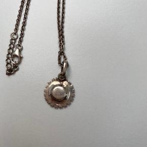 Kranz og Ziegler marguerit vedhæng i sølv med hvid emalje - 15 mm.  Kæden medfølger.  Trænger til at blive pudset, da den bare har lagt i æske siden min konfirmation.