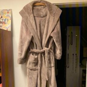 Aldeles lækker badekåbe / housecoat / morgenkåbe fra Jasper Conran.  Str 20-22 - ca str 50.  Bælte, 2 lommer og hætte.  Farven er dådyr.  Lækker, varm og vamset.