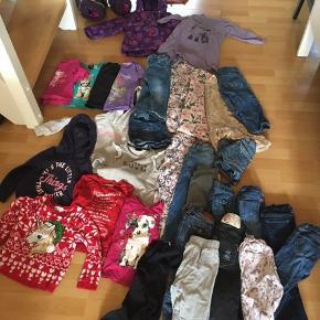 Tøj pakke til piger i str 98-104. Mærker som H&M, Hummel, Be Kids Celavie mv. En vinterjakke, en flyverdragt, en regnjakke, 12par bukser, 4kjoler, 5sweatre, 4t-shirts, en nederdel og et par shorts.  Afhentes i Sønderris ved Esbjerg.