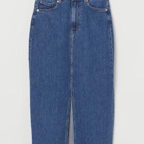 Denim midi nederdel der blev revet væk.   Næsten ikke brugt. Skal bare evt stryges.   Størrelsen er 38.   Jeans cowboy