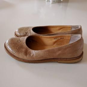 Super fine og meget skønne ballerina sko fra Angulus, str. 36X. De er i en lækker lys natur farve og de er med den klassiske sål i rågummi. Skøn pasform og fantastisk kvalitet. De har været brugt en enkelt gang og de fremstår i rigtig flot stand.