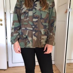 Ægte amerikansk militær jakke købt i New York. Kan passes fra S/l, kommer an på hvor løst et fit man vil have (er selv M)  🌼Bytter ikke🌼 🌸Kan afhentes eller sendes igennem Trendsales på købers regning🌸 #trendsalesfund