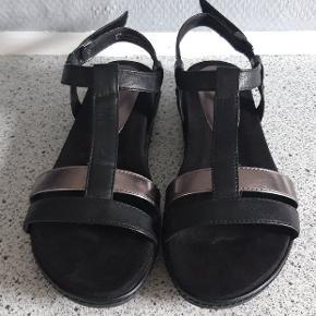 Pæne sandaler i sorte med rosagylden rem. Velcrolukning. Hælhøjde 3 cm. Str.40  Brugt 1 time..  Ikke lige mig..