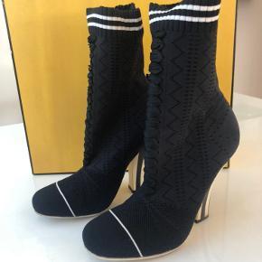 Fendi ankel boots i sort str 38,5 - 10 cm hæl  Rigtig pæne og velholdt