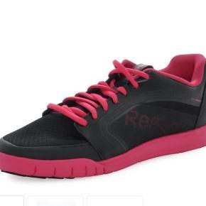 """Brand: Reebok Dance UrLead Varetype: sneakers træning dans Farve: Sort Pink Oprindelig købspris: 750 kr.  Nu kun 200 kr. Stadig næsten som nye (-: Gode sko til træning og dans - der er en """"drejeskive"""" på sålen, så man mindsker risikoen for skader, når man drejer rundt og vrider ankler og knæ.  Skoene er kun brugt 2 gange. Jeg har et par  gule mage til, som er brugt mere, men nu også er sat til salg her på TS. Reebok er lidt store i str (sammenlignet med fx Nike, Adidas og New Balance), men begge par var lige en anelse små til mig. Så jeg nøjedes med at """"danse"""" det gule par til (-; Nu har jeg fundet mig nogle andre yndlings-fitness-danse-sko og sælger derfor begge par.  De kostede 750 kr pr stk. De sorte og Pink hér fremstår næsten som nye. Sælges for 200 kr. plus porto (37 kr. sendt som forsikret pakke uden omdeling med DAO)."""