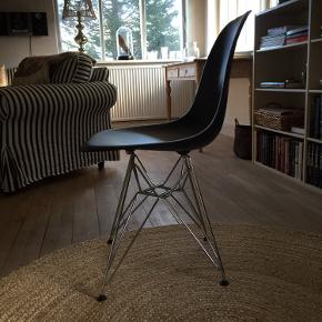 Vitra Eames stol. Sort med stålstel. Super fin stand. Pris 800,-  Skal afhentes i Nykøbing Sj. Bytter ikke.