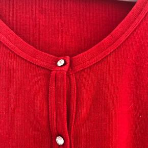 5d8f9363 Super fin rød cardigan fra Benetton. Knapperne er similisten og alle er  intakte. Jeg