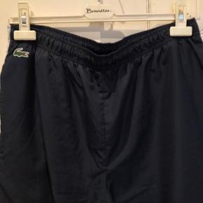 Super fede track pants fra Lacoste med lynlås i benet forneden, sælges. Ved ts handel betaler køber gebyret. Ring eller skriv på 26826097 for yderlig info.