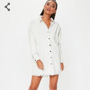 Sælger denne mega fede hvide denim kjole fra Missguided. Den er oversize i størrelsen, og er desværre for stor til mig. Slet ikke brugt. Str UK 10/38 Materialet er noget fløjs agtigt denim  Np: 385,-