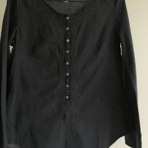 Fin bluse med knapper og detaljer se billede
