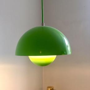 Verner panton flowerpot lamper i flot grøn inkl. Grøn ledning. Den ene har fået et lille gok, men ikke noget man ser (se billede).