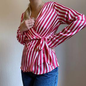 Sød stribet wrap trøje. Str. Medium, men kan også passe af en stor Small og ellers kan man have en top på indenunder, som set på billedet. Koster 200 kr. eksl. Fragt🍿