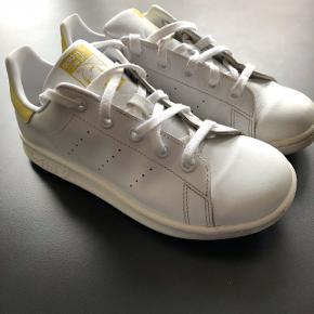 Lækre og fede Adidas Stan Smith med guld farve. Brugte, men ikke så meget, derfor masser af kilometer og leg i dem endnu.