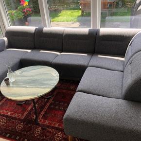 Super behagelig sofa til hele familien købt i IDEmøbler. Fra 2017 6pers. Venstrevendt hjørnesofa med  Chaiselong. Højre  liggeplads 130 cm.Venstre liggeplads 170 cm Leveres gratis i Københavns-området  L.300xH68 xB/D200cm Ny: pris 14000kr Nu:7400kr