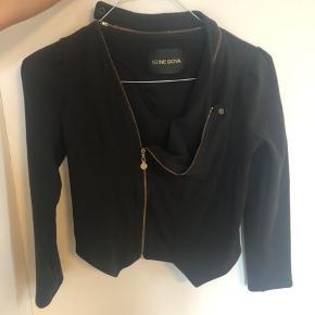 Skøn cardigan jakke. Sort med guld detaljer