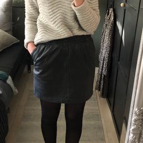 """Nederdel i ægte læder fra Mbym  Modellen """"Viviane"""".   Lommer i begge sider.   Super flot stand og næsten ikke brugt.  Almindelig i størrelse.   Str. S"""