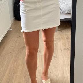Gule pletter nederest på nederdelen. Kan ses på sidste billede