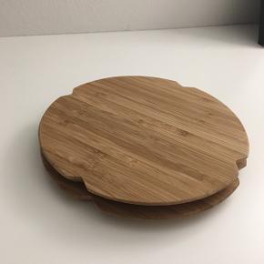 2 stk bambus skærebrætter fra Rosendahl, med d: 17cm De sælges ikke længere så har ikke kunnet finde en ny pris.  Skriv med bud hvis prisen er urimelig :)