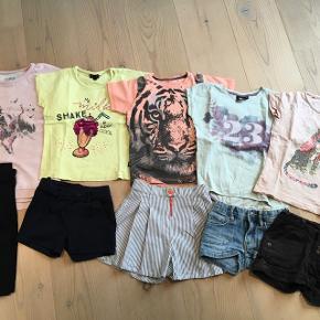 Tøjpakke str. 104 til pige. Indeholder: 6 par bukser, 5 par leggins, 7 cardigans, 3 trøjer, 8 bluser, 5 t-shirts, 4 par shorts, 2 par 3/4 leggins, nederdel, 3 sommerkjoler, sommerdragt, buksedragt, natkjole, bodystocking, strømpebukser, 7 undertrøjer, 20 par strømper. Mærker: Pompdeluxe, Hummel, Katvig, Phister & Philina, Claire, Creamie, Small Rags, Kids Up, Name it og H&M. Meget af det er i virkelig god stand, noget er GMB. Fra røgfrit hjem og vasket i Neutral.