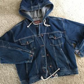 Vintage / retro denim jakke med super fede detaljer! 👌🏽 Fitter str m bedst og s som oversize.  Fejler intet Mp 350kr