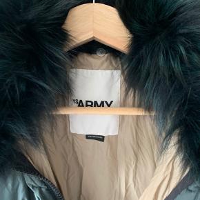 Yves Salomon jakke med Fox krave Nypris DKK 15000 Købt i Paris Størrelse er 32. Oversize model Fantastisk kvalitet  Brugt max fem gange  Kvittering haves