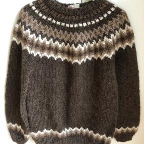 Smukkeste vintage sweater i tyk brun uld med originalt mønster. Meget fin stand.