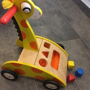 Super sød gå-giraf fra wonderworld med puttekasse inkl 3 klodser 😊☀️
