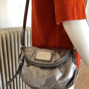 Sælger min smukke Natasha i sølv. Den blev brugt enkelte gange, derfor er som ny og fejler intet.  Lavet i krakeleret læder, som giver tasken en mere rå look.  Se mål: højde 19 cm, bredde 24 cm.  Byttes ikke.