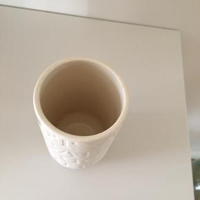 Rigtig fin Kähler vaser, fra serien Love songs. Er næsten som ny.  Mål: 12,5 x 7 cm   Se også mine andre varer :-)