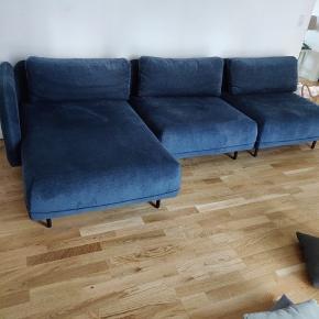 """Sælger min modulsofa """"Ellis"""" fra Sofacompany.   Sofaen er samlet 302 cm lang, og har en dybde på 94 cm og en sædedybde på 65 cm.   Jeg har forelsket mig i en ny sofa fra Sofacompany, så nu sælges den gamle for at få plads til den nye! 🌸   Modellen er en Design Selv i farven Danny Dusty Blue, som er et meget blød chenille-stof. Den har en værdi af ca. 12.000 kr."""