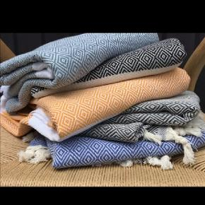 WEEKEND TILBUD 2 stk 300kr  Nye Hammamhåndklæder sælges billigt. KUN 160KR 🌟ved TS pålægges et mindre gebyr til prisen.   Fås i flere farver. 100 % økologisk bomuld med miljørigtig indfarvning.  FANTASTISKE at tørre sig i og tørrer nemt og hurtigt. Måler 100 *180cm  Det er muligt at få lavet gæstehåndklæder i 45*70cm. Købes parvis for 65kr / stk.