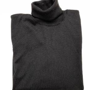 Varetype: Højhalset trøje Farve: Sort Oprindelig købspris: 500 kr.