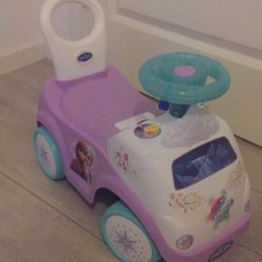 Bilen har også selvkørende funktion, lyd og lys :)   Kan ikke sendes desværre :(