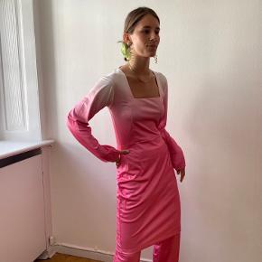 Smuk kjole, aldrig brugt 💞 Fik den i gave, men da den desværre er for lille, så sælger jeg den.