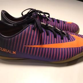Nike indendørs sko / fodboldstøvler str. 37,5 ca. 23,5 cm. Skoene er kun brugt 3 gange. Mp kr. 140. Bor 6710.