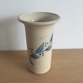 Smuk vase, svensk keramik af Gabriel Sweden  Mål: - 16,5 cm høj - 10 cm i diameter øverst