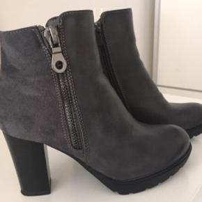 Lækker, let og behagelig grå støvler fra 'Super me'.. Str 39 og alm. i størrelsen..   Kun brugt en enkelt gang og står derfor som nye😊 Nypris 400 kr. - sælges for 100 kr. Befinder sig i Stige