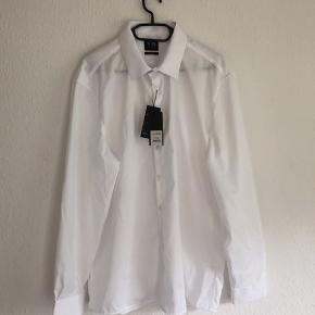 Fin hvid skjorte som er helt ny og også strygefri 100 % bomuld