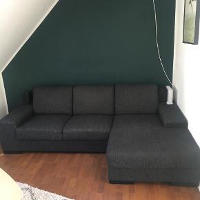 Varetype: Chaiselong Størrelse: 242, 80  Farve: GRÅ Prisen angivet er inklusiv forsendelse.  Flot sofa fra ILVA. Købt for 2,5 år siden. Fremstår velholdt. Fra røgfrit og dyrefrit hjem.  Nyprisen var 7000,-.
