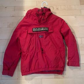 Sælger denne lækre jakke. 100% i orden ingen tegn på slid Str 140/10 år Vinter Sendes for købers regning   Jakke Farve: Rød