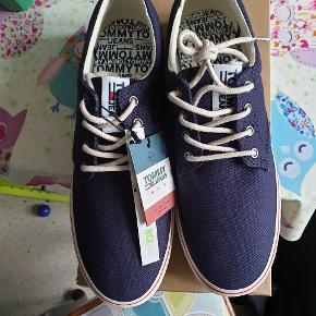 Helt nye og stadig med tags. Tommy Hilfiger sko, model Tommy Jeans Textile Sneaker, farve ink, str 44