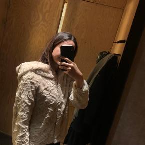 Super flot, varm og mega blød jakke fra Vero Moda. Får den desværre ikke brugt, da jeg har nogle andre. Stort set ikke brugt.  Vinterjakke, efterårsjakke