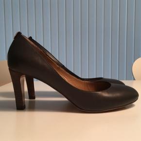 Heels med 7.5 cm. høj hæl. Det indvendige mål er 24.4 cm. De har været brugt 3 gange og fremstår som nye.