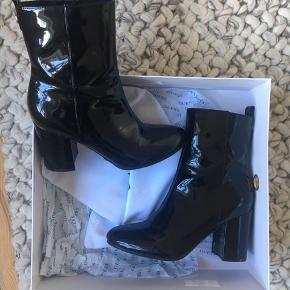 Super flotte støvler fra GUESS! De er desværre lidt for små til mig. Nypris var 1200kr